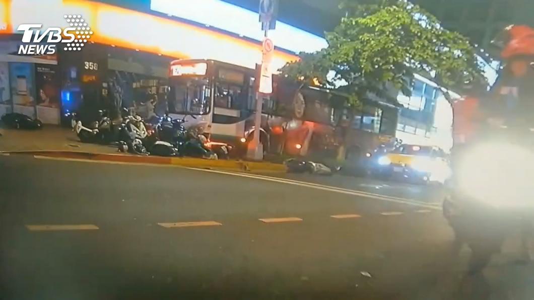 北市內湖區一輛三重客運藍26公車衝撞人行道。(圖/TVBS) 公車衝撞行人釀死 三重客運未給夠休息時間罰40萬