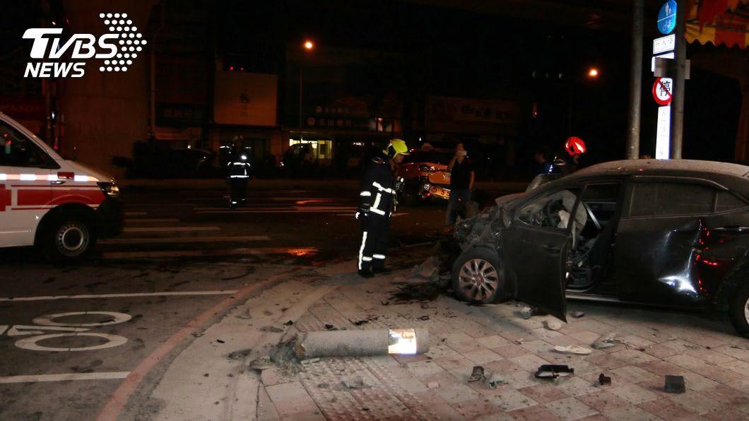 (圖/中央社) 路口碰撞計程車 小客車甩撞水泥圓柱起火釀3傷