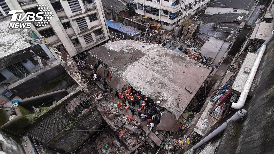 印度西部一棟3層樓住宅建築昨天凌晨突然坍塌。(圖/達志影像美聯社) 印度西部3層樓公寓坍塌 罹難者增至20人