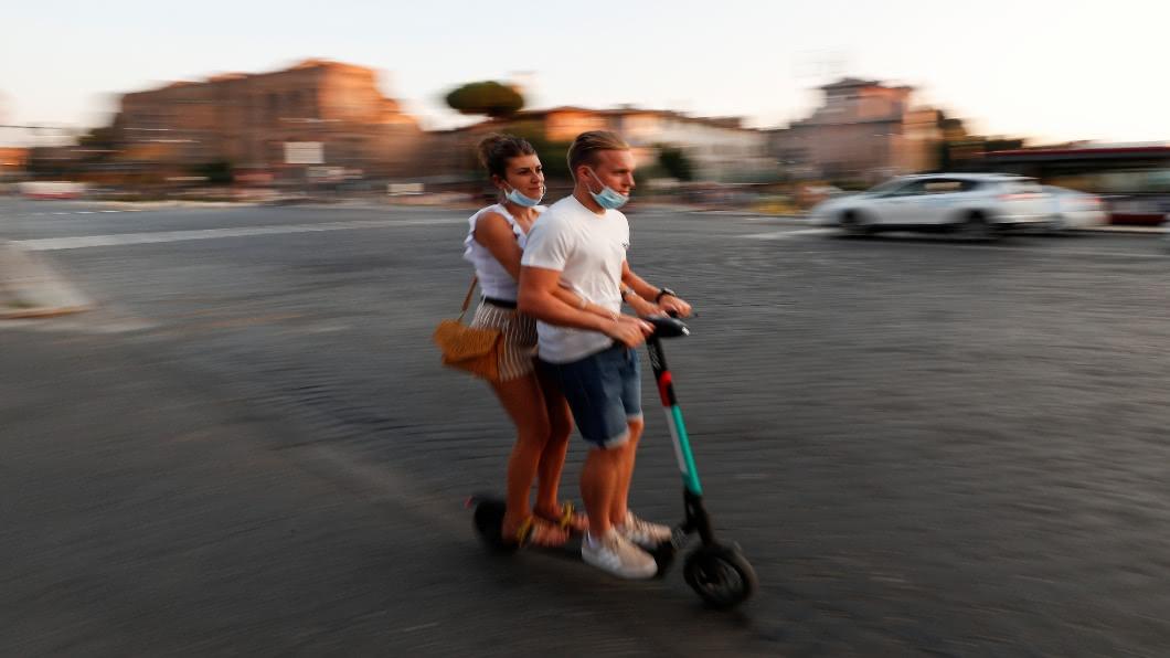 圖/達志影像路透 疫情催生「微型移動」 電動滑板車攻佔羅馬