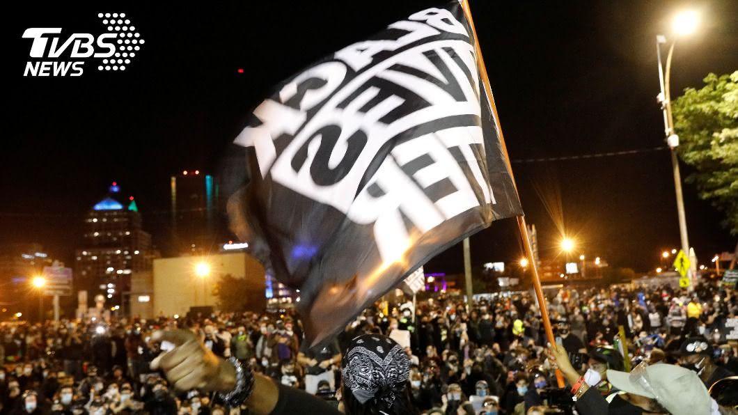 全美反種族歧視示威遍地開花。(圖/達志影像路透社) 紐約等3市反警暴力抗議不斷 川普欲扣住聯邦款項