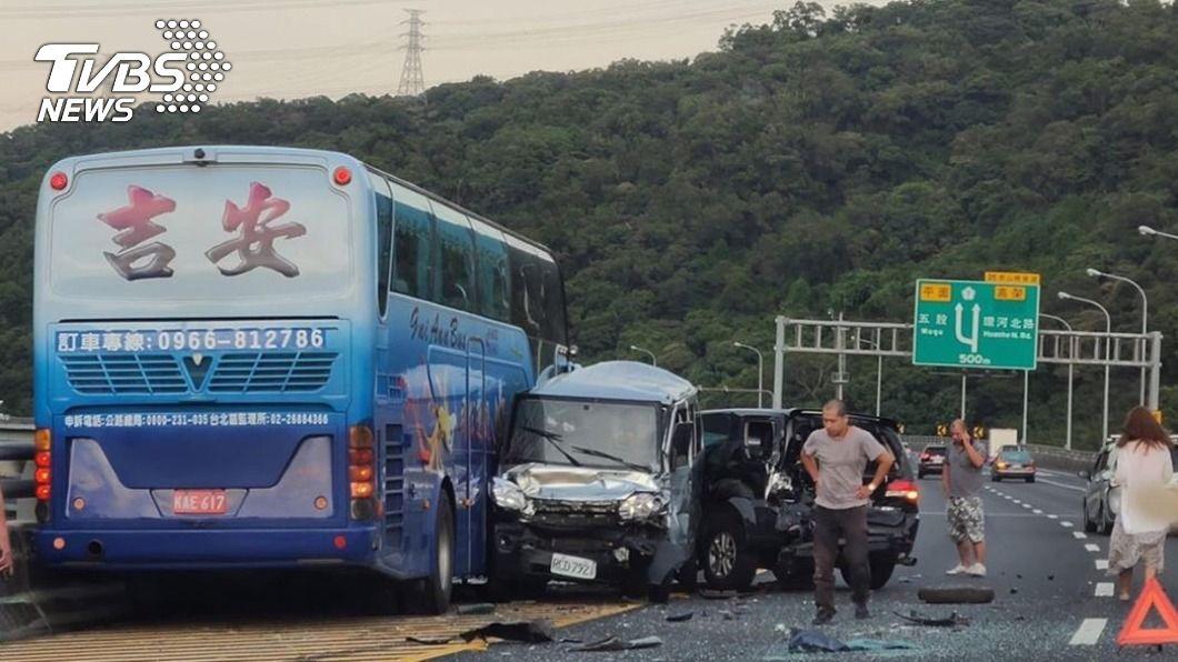 圖/TVBS 快訊/連環撞!國一遊覽車追撞4車 8人輕傷送醫