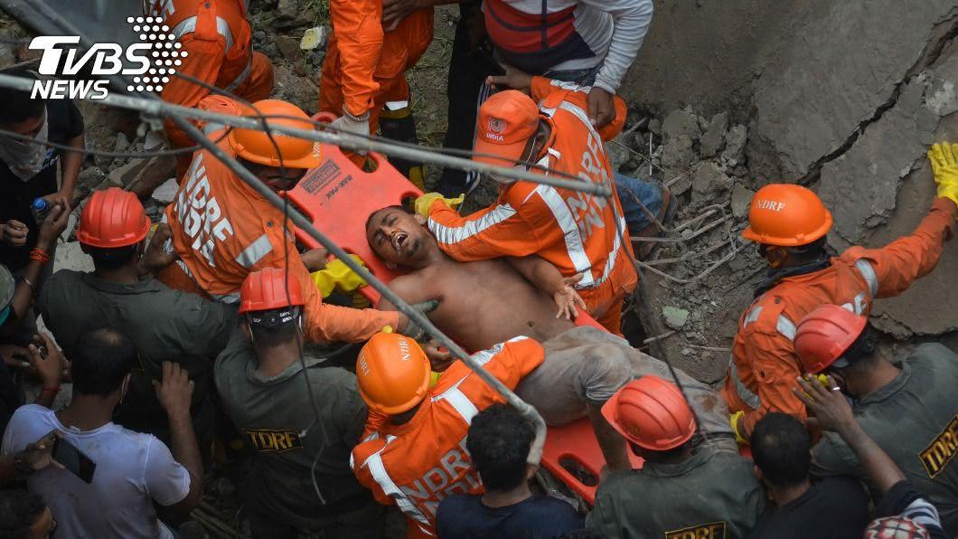 印度孟買發生危樓倒塌,造成至15人失蹤,至少20人死亡。(圖/達志影像美聯社) 「印度921」3層公寓倒塌釀20死 15人仍失蹤