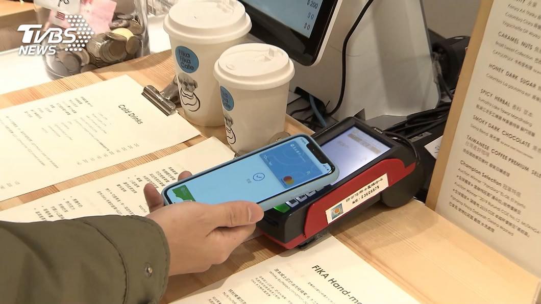 婦人掏出手機假裝付款,其實只是在按「計算機」。(示意圖,與當事人無關/TVBS資料畫面) 客「手機掃碼」假付款!鞋店櫃台妹轉眼慘賠7千元