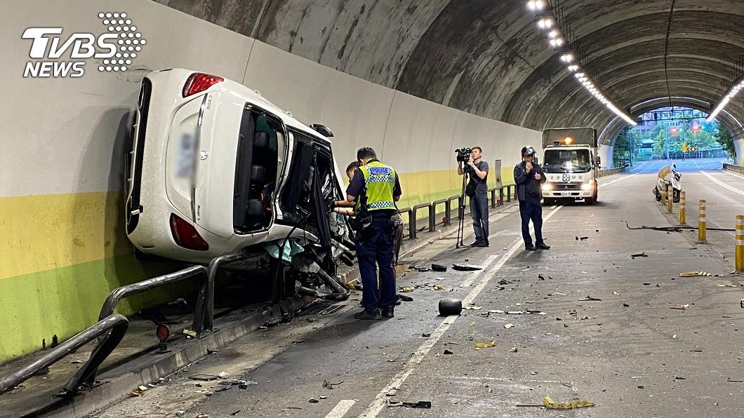 (圖/TVBS) 男酒駕上路失控衝隧道壁 賓士車滑200公尺才停下