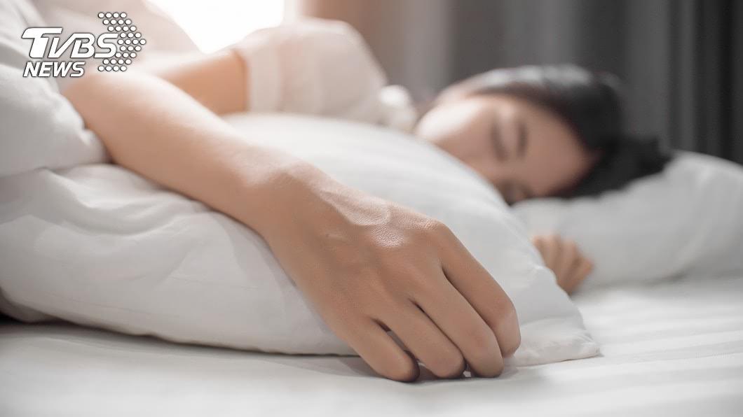 (示意圖/shutterstock達志影像) 起床見閨密男友躺旁…急求助:繼續睡? 真相曝光網看傻