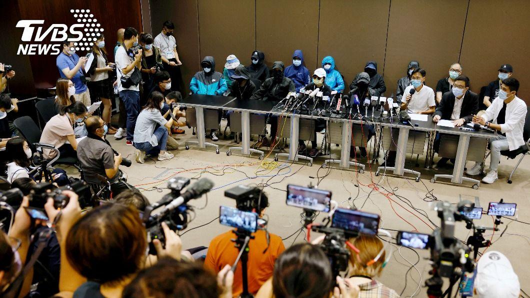 12名港人家屬日前曾開記者會尋求探視。(圖/達志影像路透社) 12名港人涉偷渡被扣押 家屬再委託律師到深圳看望親人
