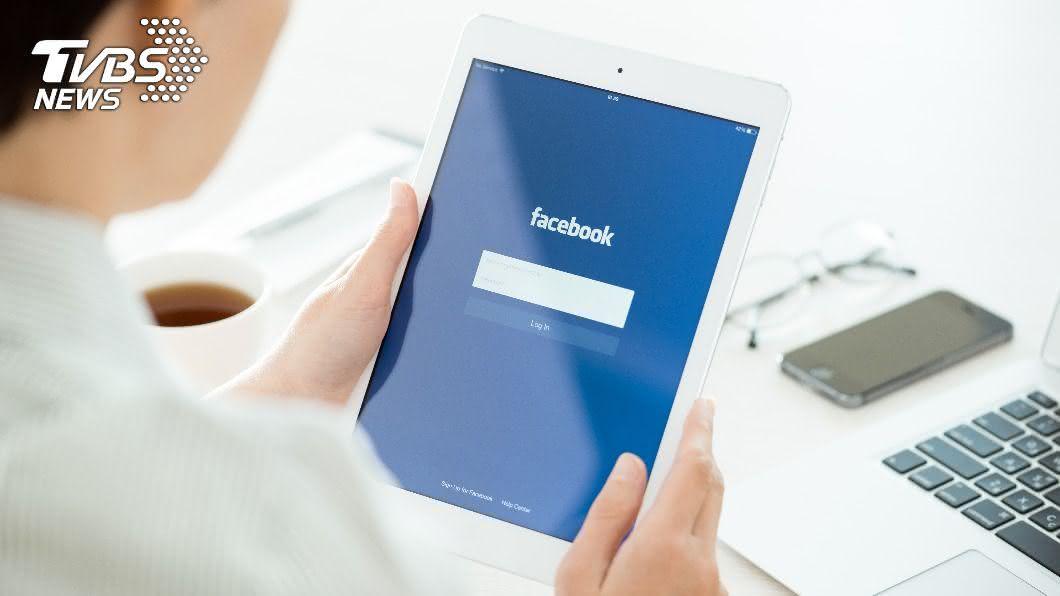 美國一名男子突然在臉書留下求救2字,家屬見狀立刻報警。(示意圖/shutterstock 達志影像) 男臉書突留「求救」2字 家屬照辦報警破門驚見2屍體