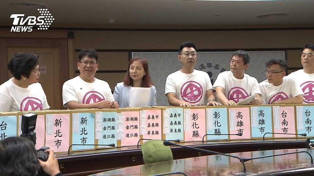 國民黨提送「反美豬公投」公投案第一階段連署書。(圖/TVBS) 藍推「反美豬公投」 綠:企圖重製公投亂象
