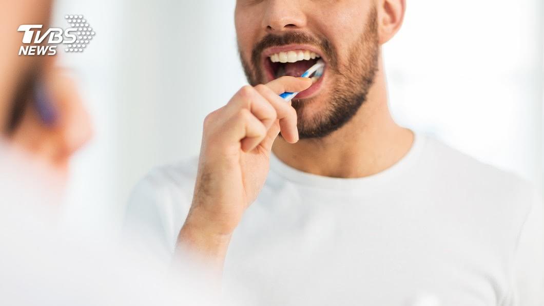 印度一名男子刷牙時不慎手滑,竟將牙刷吞下肚。(示意圖/shutterstock 達志影像) 手滑?男誤吞19公分牙刷「無感」 醫驚呆開胃取出