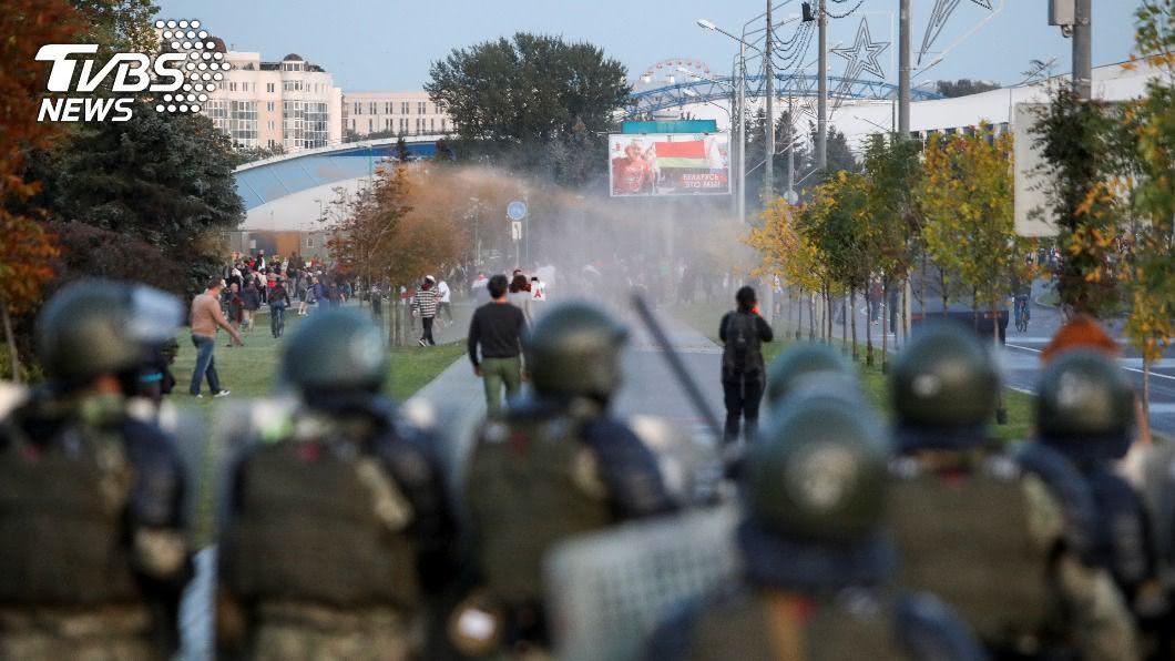 示威者遭白俄警方動用水砲驅散。(圖/達志影像路透社) 白俄羅斯總統秘密就職 數千民眾抗議遭水砲驅散