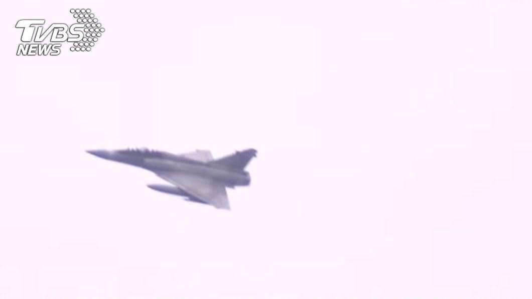多架戰機24日清晨預演,引發民眾恐慌。(圖/TVBS) 「今早鬧鐘不一樣」戰機聲引恐慌 蔡英文:還有3次