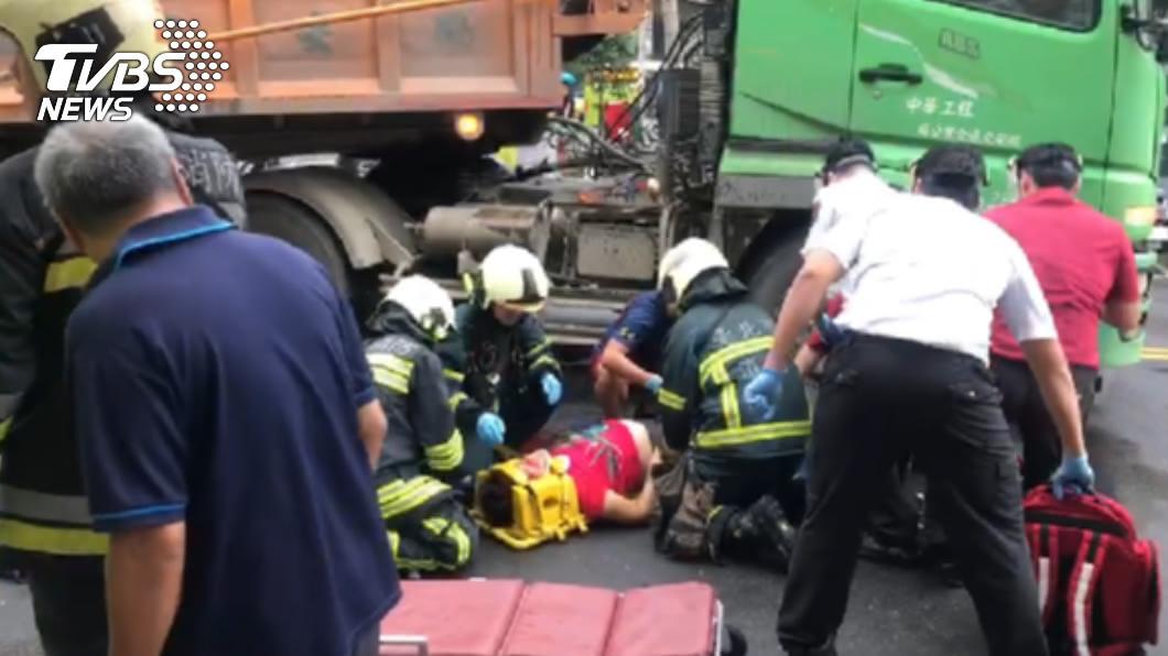 北市大安區發生嚴重車禍。(圖/TVBS) 北市女子騎腳踏車遭砂石車右轉輾過 當場失去意識