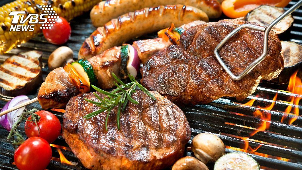 烤肉時準備食材必須注意熱量,否則吃進大量脂肪。(示意圖/shutterstock達志影像) 中秋烤肉月圓人也圓? 4大爆肥食材就像在「吃油」