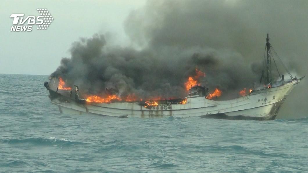 彰化王功外海23日發生漁船起火事件,共釀成1死1傷。(圖/TVBS,台中海巡隊提供) 恐怖巧合!彰化火燒船釀1死1傷 亡者命帶「7個4」