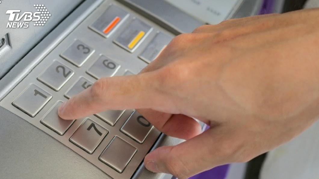 現代人都會到ATM自動提款機領錢。(示意圖/TVBS資料畫面) 女去ATM領錢等吐鈔 下秒轉藍色螢幕秀4字大崩潰