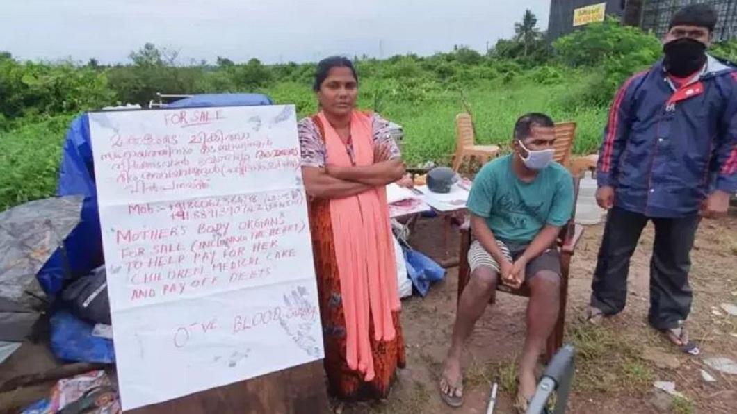 印度一名單親母獨自撫養5名子女,因為沒了收入來源,自製看板要販售自己的器官。(圖/翻攝自推特) 沒錢付房租和3子女醫藥費 單親母設看板「請買我器官」