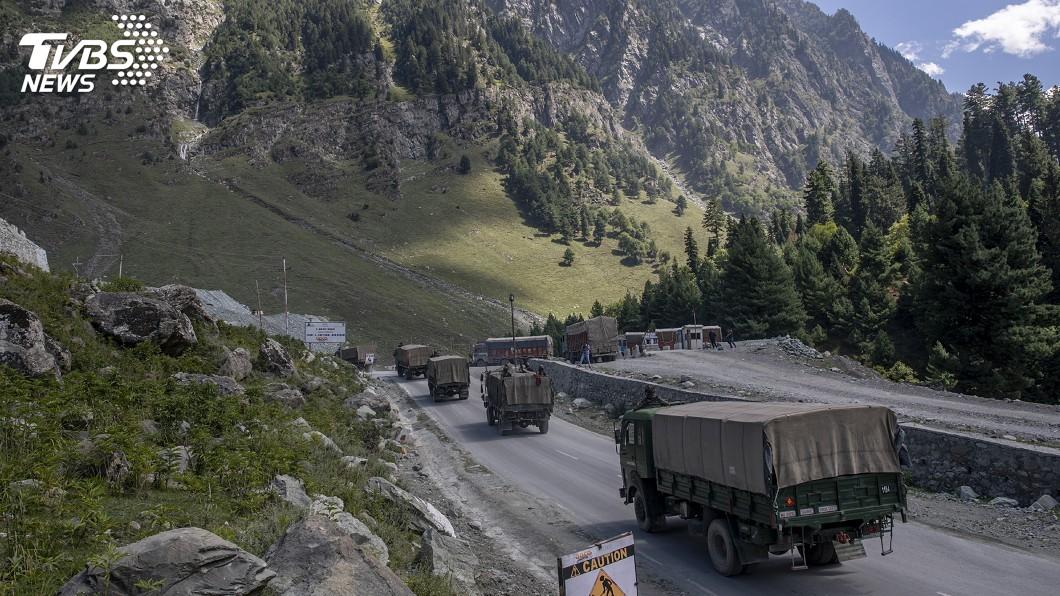 中印軍方在兩國數十年來最嚴重的邊界僵局相持。(圖/達志影像美聯社) 中印局勢緊張!邊界對峙打持久戰 廣儲軍需過嚴冬