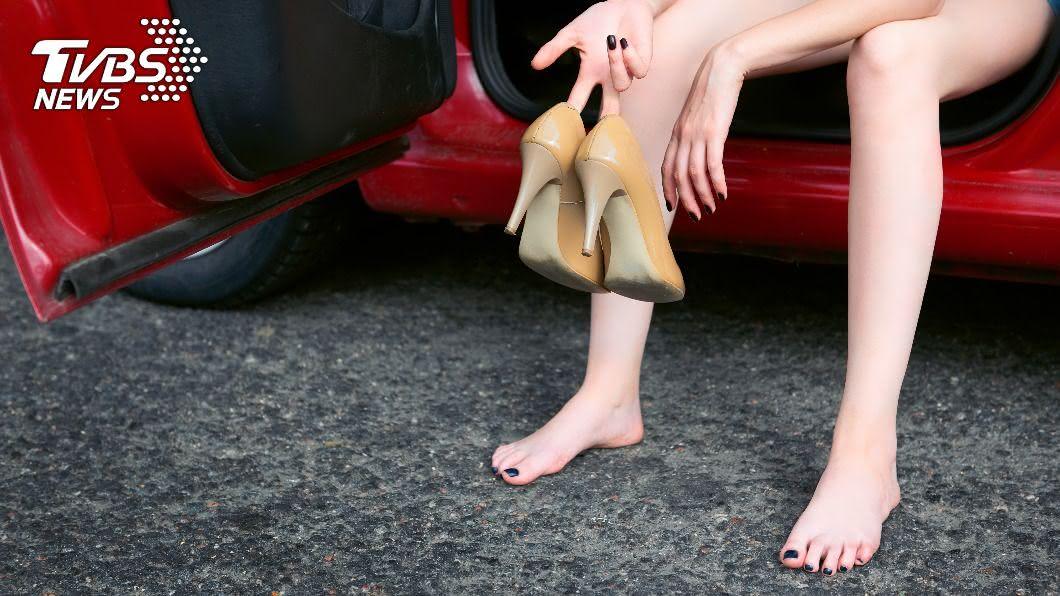 拇指外翻可藉由改變穿鞋習慣減輕負擔。(示意圖/shutterstock達志影像) 拇指外翻痛到寸步難行!醫揭6真相:不只穿高跟鞋