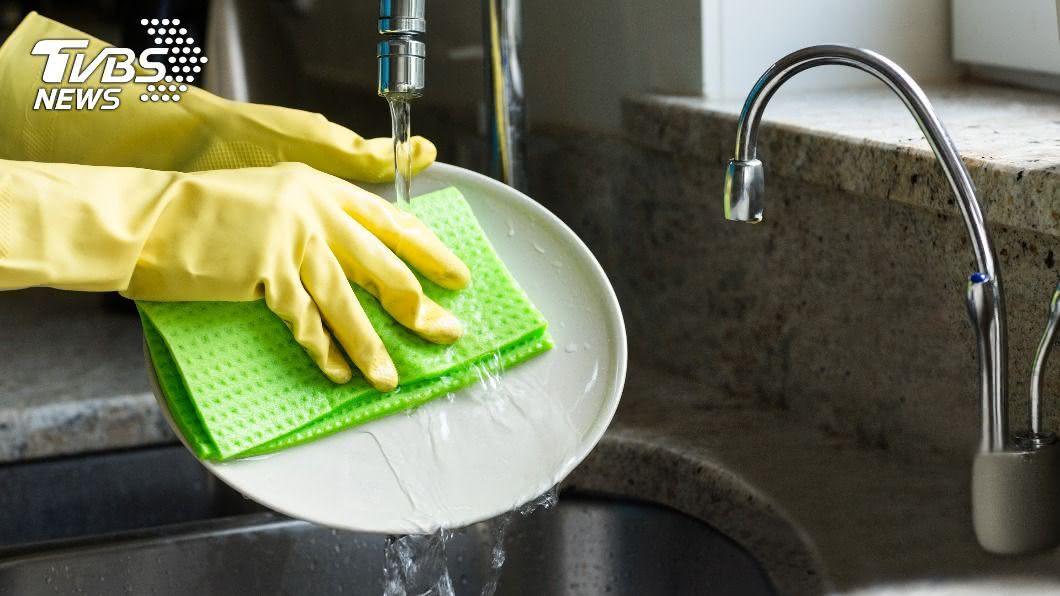 不良的洗碗習慣容易滋生細菌。(示意圖/shutterstock達志影像) 碗盤「先泡水再洗」? 4NG行為越洗越髒