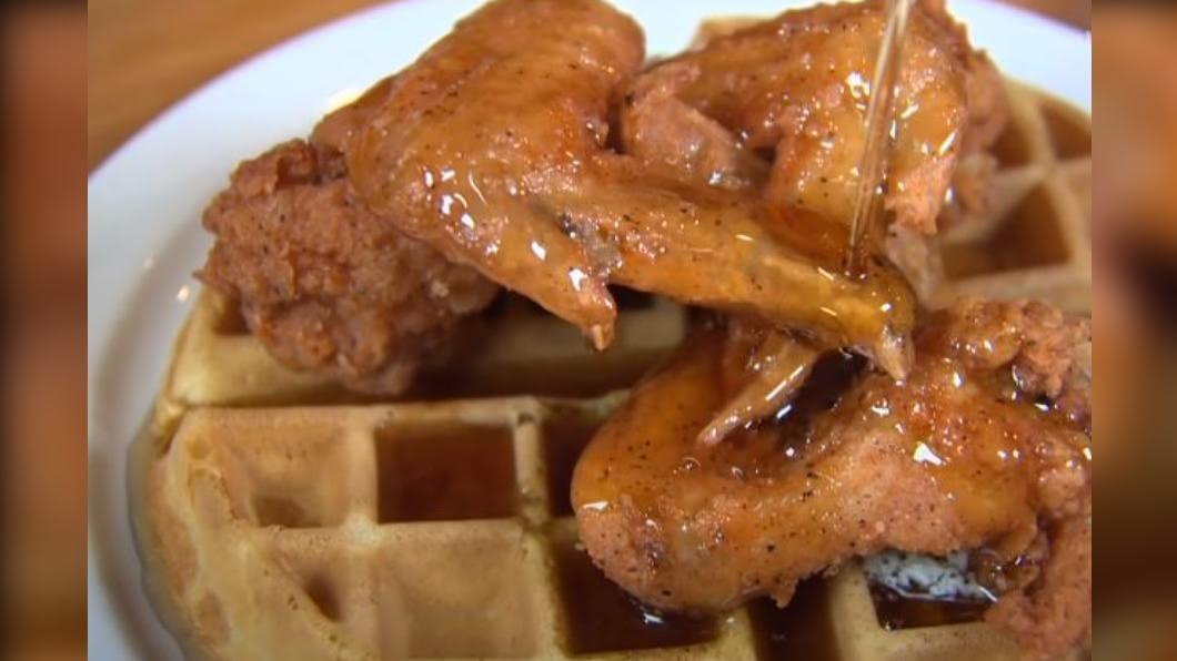 圖/翻攝自 Chicago's Best YouTube 「炸雞鬆餅」銷魂可口! 品嘗各地必吃經典早餐