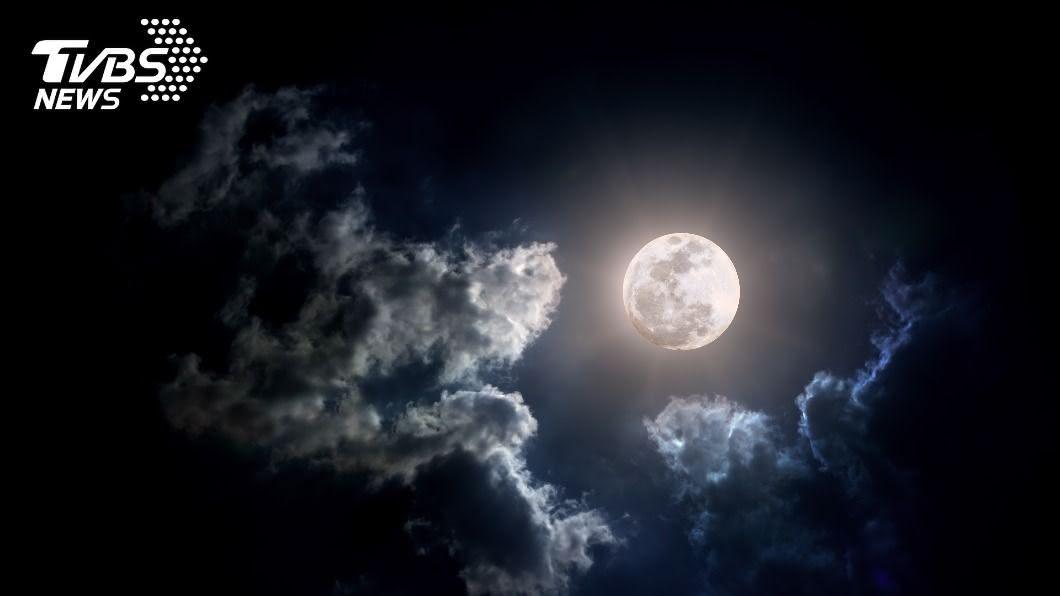 氣象專家預估,中秋連假台灣天氣將是東邊飄雨西邊晴(示意圖/shutterstock 達志影像) 中秋連假「東邊飄雨西邊晴」 中南部適合賞月