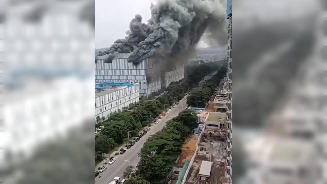 華為位於大陸東菀的建物失火。(圖/翻攝自沸點視頻) 濃煙吞沒!華為東莞建物大火 無人傷亡