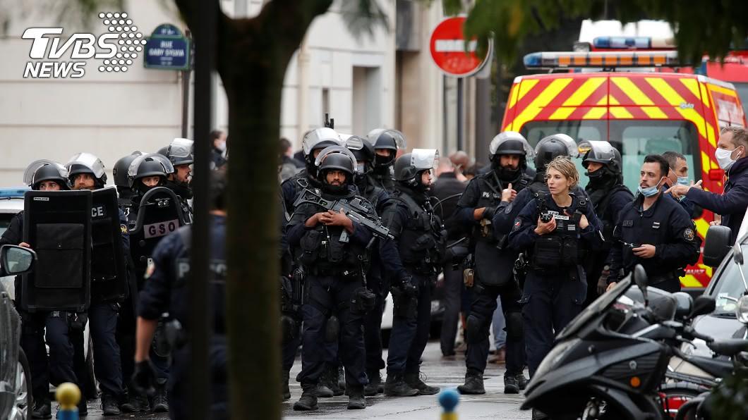 法國巴黎「查理週刊」辦公室原址發生持刀攻擊案。(圖/達志影像路透社) 巴黎街頭驚傳持刀砍人 警方已逮捕一凶嫌
