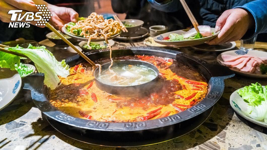 客人到火鍋店用餐除了自備火鍋料,還拒付清潔費、共鍋費。(示意圖/shutterstock達志影像) 「吃鍋自帶料」還拒付清潔費 奧客遭轟反嗆:檢舉