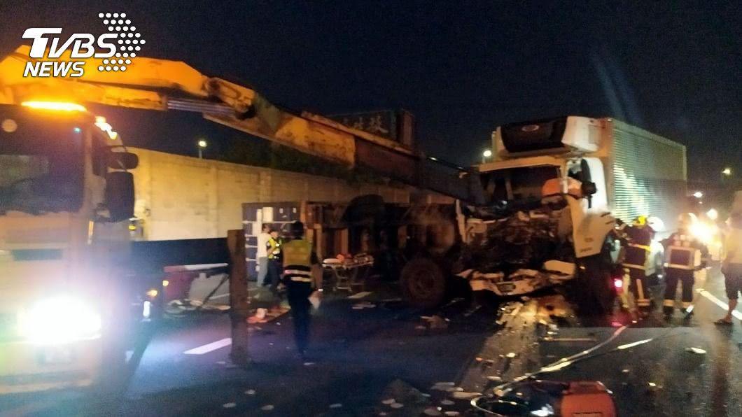 國1大貨車與貨櫃車追撞事故。(圖/中央社) 國道1號嘉義段2大車追撞 貨櫃車駕駛送醫不治