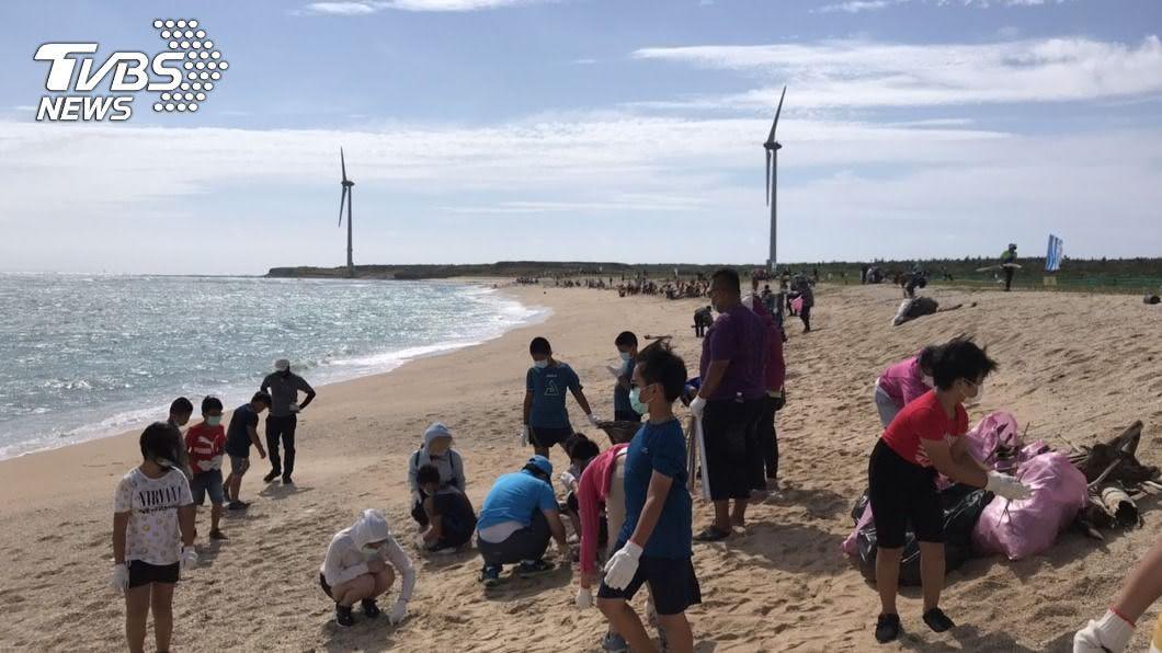 台電發動千人在龍門後灣海灘進行一場大規模的淨灘活動。(圖/中央社) 台電澎湖淨灘做公益 海廢垃圾每公斤捐15元