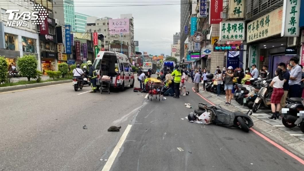 (圖/TVBS) 8旬老翁駕車「不明原因暴衝」連環撞 5人送醫急救