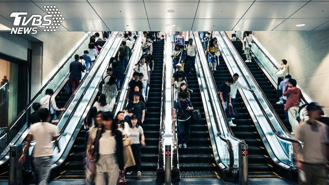 大媽卡電扶梯口險釀意外。(示意圖/shutterstock 達志影像) 大媽卡電扶梯出口處!一看原因瞬間氣炸:別出來害人
