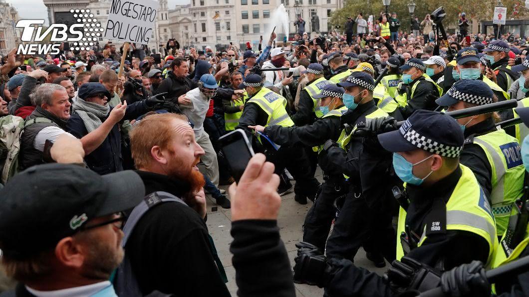 法國民眾聚集在廣場抗議防疫封鎖措施。(圖/達志影像美聯社) 倫敦市民抗議防疫封鎖高喊自由 9警傷16人被捕