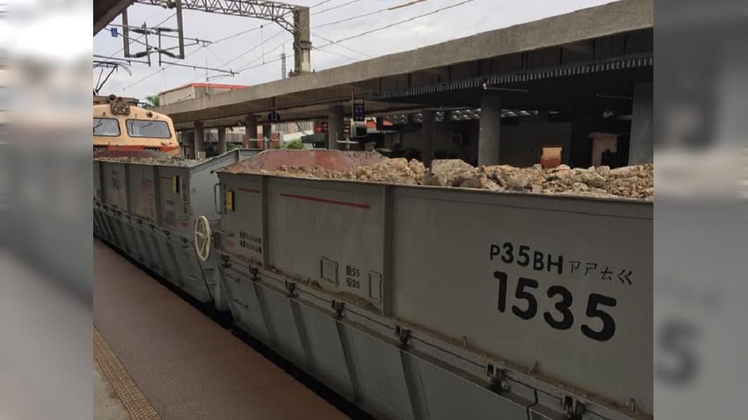 台鐵貨運列車上的「注音文」引熱議。(圖/翻攝自臉書社團「爆系知識家」) 台鐵刻神秘注音「ㄗㄕㄊㄍ」 內行解答網驚:長知識了