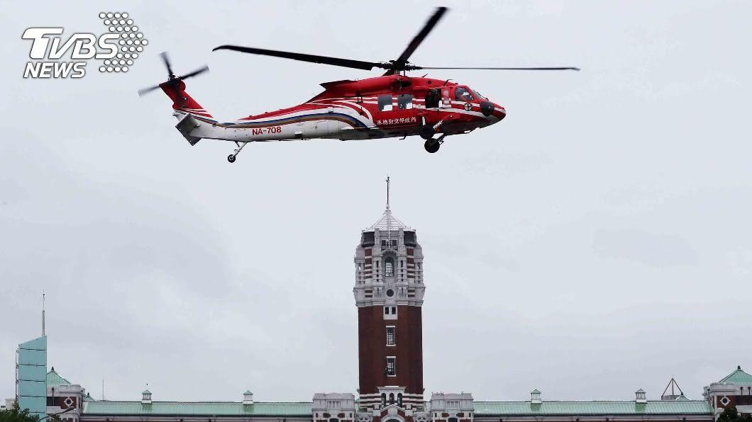 預演雙十國慶,黑鷹直升機在總統府前試航。(圖/中央社) 雙十國慶預演!空勤黑鷹總統府前試航 民眾搶拍