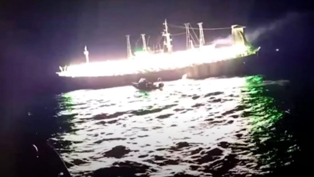 圖/翻攝自INQUIRER.net YouTube 大陸漁船疑祕魯外海違法捕魚 數量超過250艘
