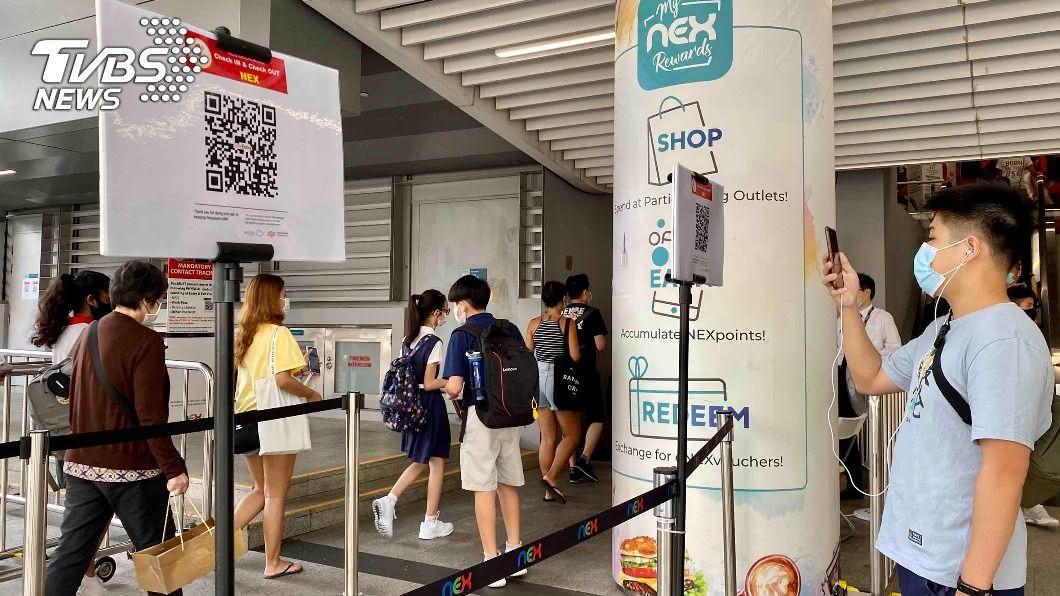 新加坡強化接觸者追蹤,進出商場須掃QR碼。(圖/中央社) 新加坡科技阻斷病毒 口罩廠進駐啟動防疫產業發展