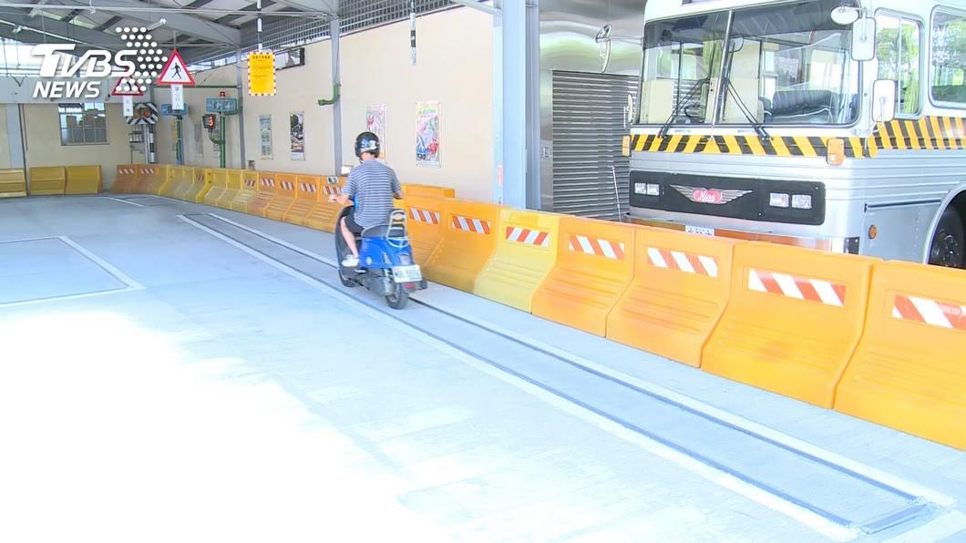 交通部明年將續辦補助鼓勵民眾上機車駕訓班。(圖/TVBS) 機車考照先上駕訓班 交通部補助1300元續辦