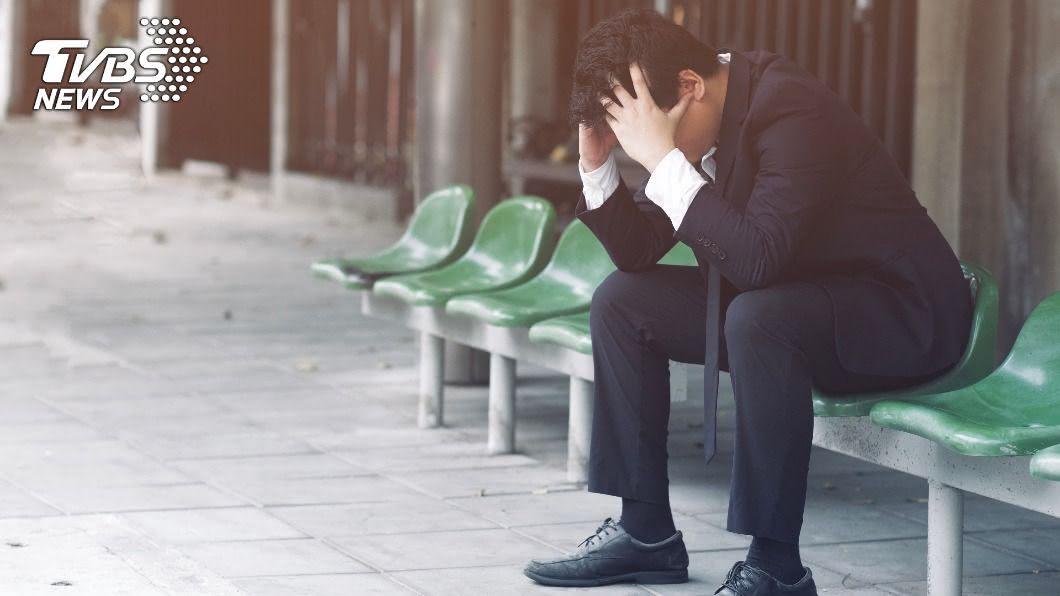 男子面臨失業問題。(示意圖/shutterstock 達志影像) 中年男失業…憂沒專長找嘸工作 鄉民齊喊:簽下去!