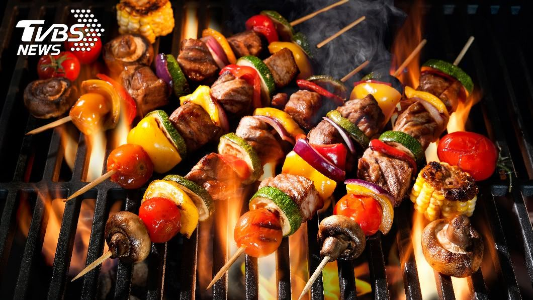 中秋烤肉為家家戶戶不可或缺的活動之一。(示意圖/shutterstock達志影像) 中秋烤肉醬狂刷超肥!營養師授7款「無負擔」調味料