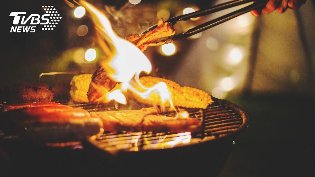 烤肉用對方法,解油膩少負擔。(示意圖/shutterstock達志影像) 烤肉油滴到炭火恐致癌? 醫授4招:切塊降低烹調時間