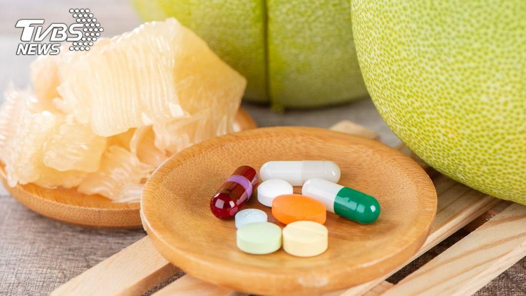 柚子中含有呋喃香豆素會抑制小腸與肝臟中的代謝。(示意圖/shutterstock達志影像) 柚子配藥小心中毒? 醫揭3水果:分開吃也沒用