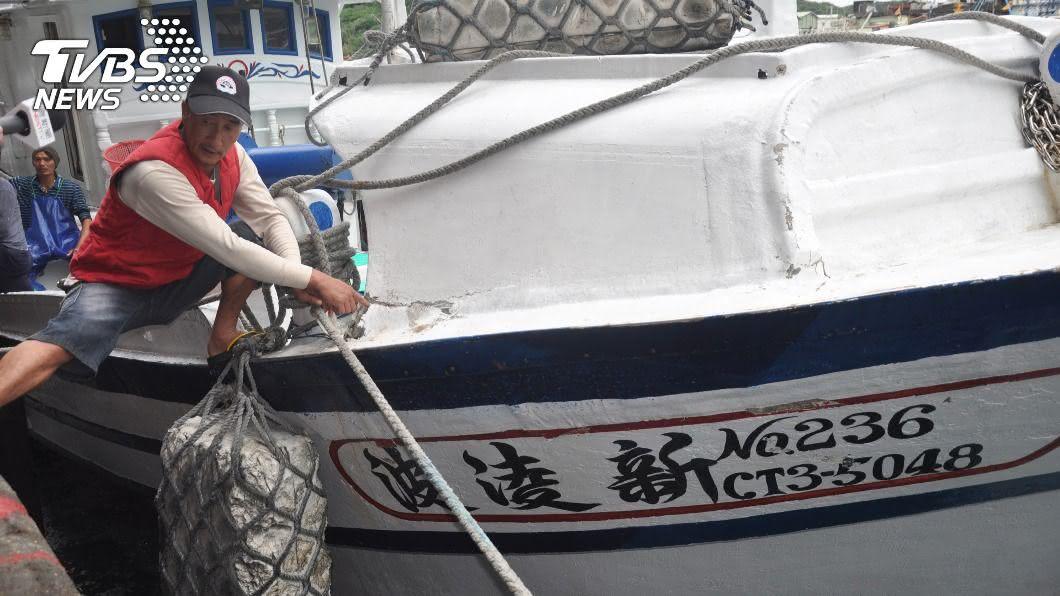 台灣漁船「新凌波236」與日本海保船碰撞。(圖/中央社) 台灣漁船遭指釣魚台違法作業 與日本海保船碰撞