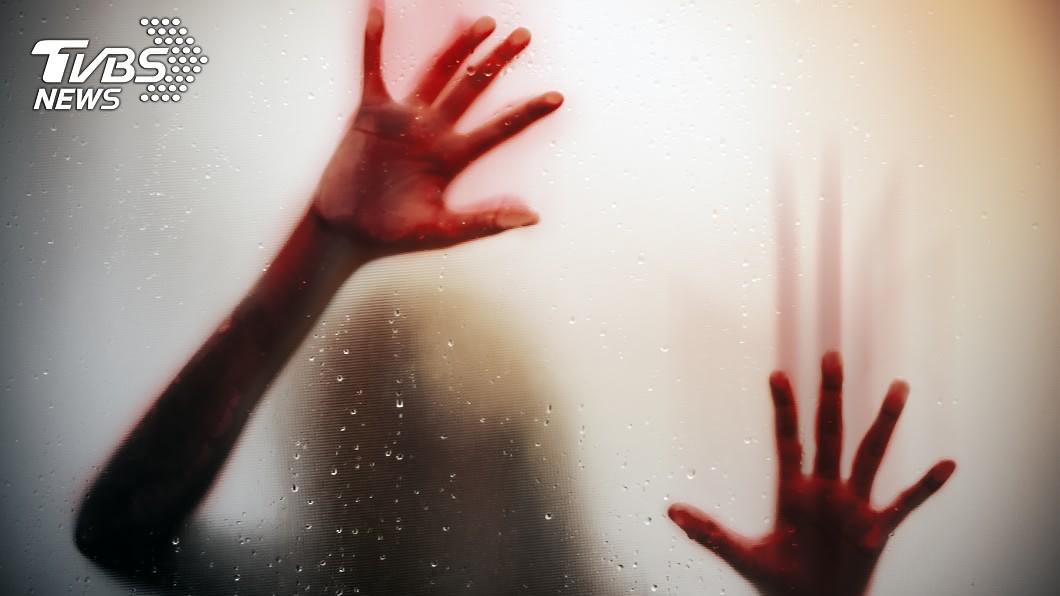 (示意圖/shutterstock達志影像) 失控掐死女友!失業男幫換紅睡衣「伴屍3天」