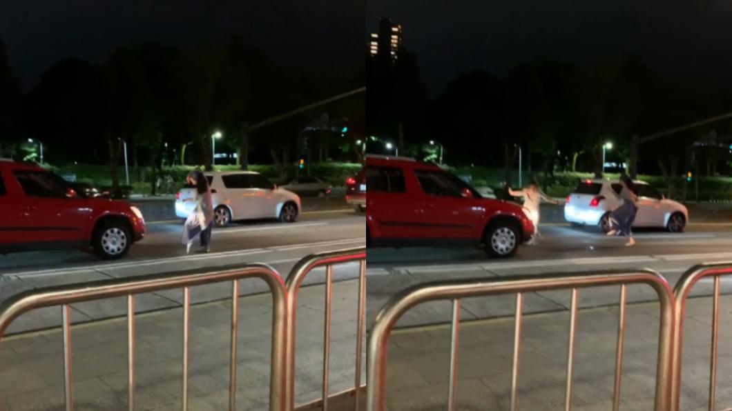 (圖/翻攝自爆料公社) 停紅燈奔下車尬舞!2妹仔旋轉跳躍30秒全被錄