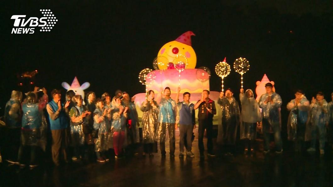 圖/TVBS 碧潭「向月亮許願」 幾米15公尺蛋糕水上驚艷