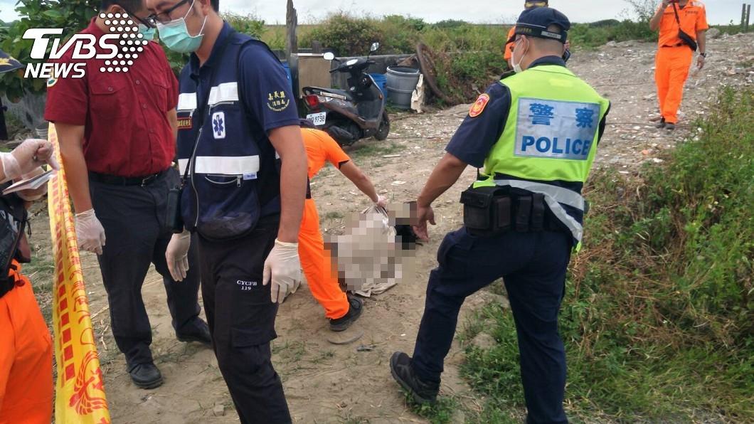 半身浮屍打撈上岸後,警消全鬆了一口氣。(圖/TVBS) 嘉義魚塭漂「半身長髮女屍」!瞪眼詭笑 業者收屍卻傻了