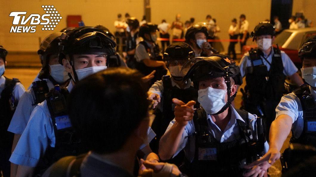 2反送中示威者涉毆打陸客,港警以「非法集結」為由拘捕。(示意圖。圖/達志影像路透社) 2反送中示威者涉毆打陸客 被依非法集結等罪名逮捕