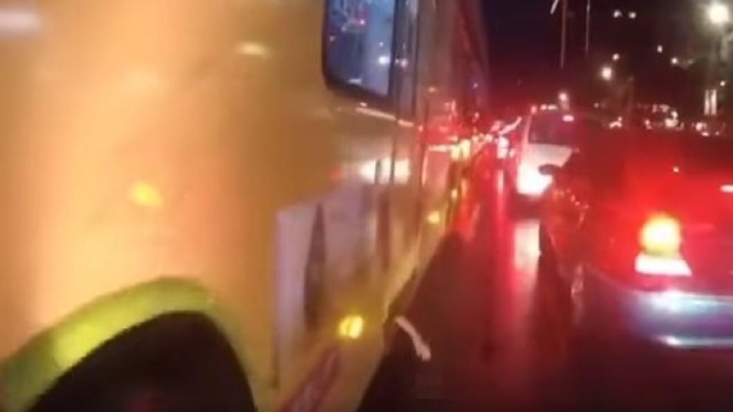 公車底部突現詭異白手。(圖/翻攝自臉書社團「靈異公社」) 公車底部突現「詭異白手」!騎士急煞爆11秒影片嚇壞網